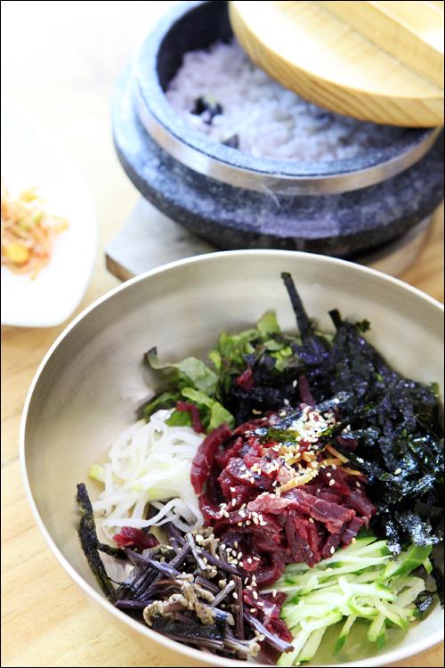 돌솥밥이 같이 나오는 한우촌웰빙가의 육회비빔밥 ⓒ 박상준