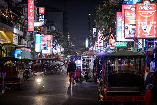 펍 스트리트 풍경 간판에 Angkor란 글자가 유독 눈에 들어온다. ⓒ Get About 트래블웹진