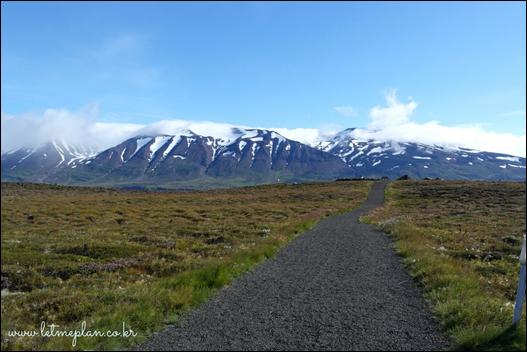이 길을 따라 쭉 올라가면 잔잔하고 푸른 바다가 끝없이 펼쳐지고 구름으로 덮인 산봉우리를 볼 수 있다. ⓒ Get About 트래블웹진