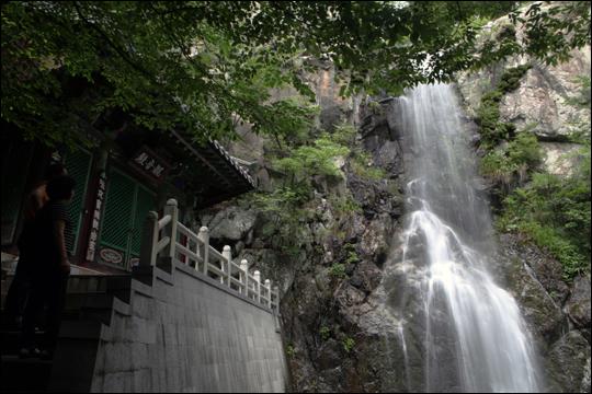 시원한 물줄기를 쏟아내는 홍룡폭포. ⓒ 오주환