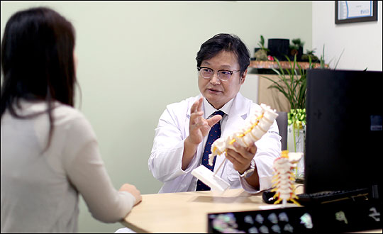 척추 질환으로 고통받는 전세계 인구가 10억명에 육박하는 가운데 새로운 치료법보다도 환자에게 맞는 치료법이 더욱 강조되고 있다. ⓒ정택근 척추외과 전문의