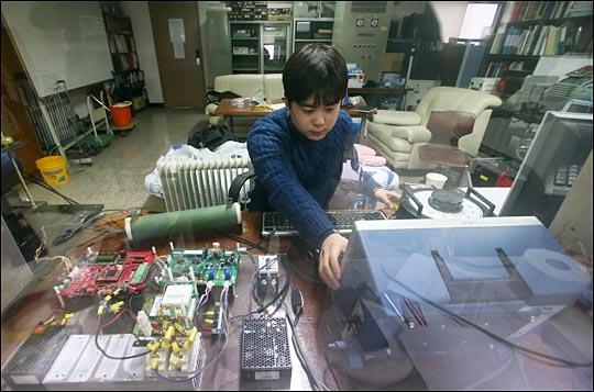 지난 26일 오후 서울 마포구 홍익대 대학원 전력전자 석사과정을 밟고 있는 최재현(26) 씨가 자신의 연구실에서 연구를 하고 있다. ⓒ데일리안 홍효식 기자
