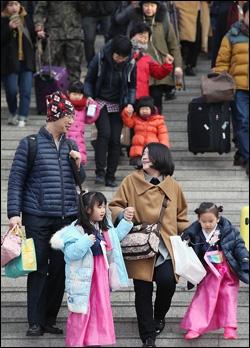 5일 오전 서울역에서 한 가족이 귀성길에 오르고 있다.ⓒ연합뉴스