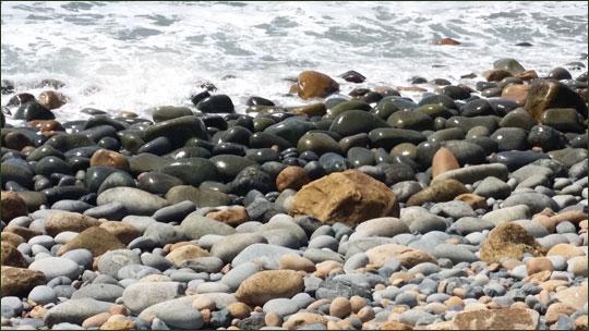 보옥리 공룡해변. 해변의 돌이 공룡알처럼 크고 무겁다.ⓒ조남대