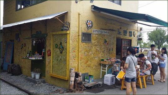군산 경암동 철길마을에 있는 옛 모습의 구멍가게.ⓒ조남대