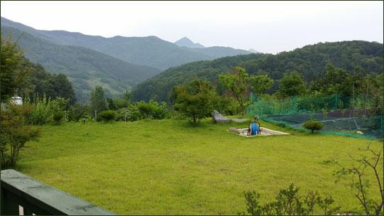 양평농원의 잔디밭과 정면에 보이는 풍경.ⓒ조남대