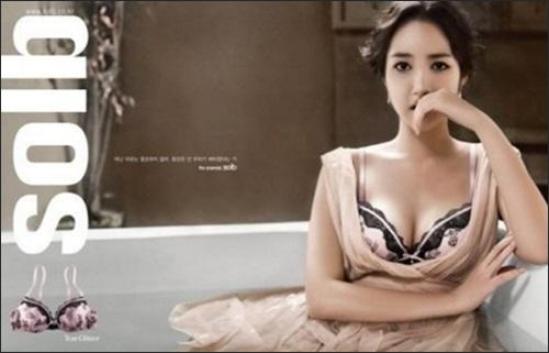 톱모델 한혜진이 패션화보에서 탄탄한 몸매를 드러냈다. ⓒ 그라치아