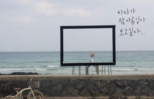 세화해변에 있는 '공작소' 카페 안에서 유리창 너머로 바라본 바다 앞 모습.ⓒ조남대