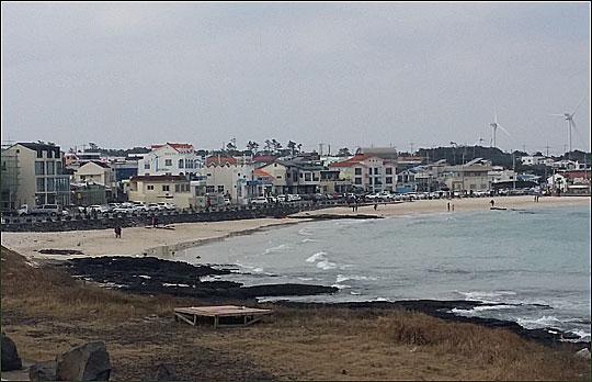 풍력발전기 여러 기가 돌아가고 있는 행원리 앞 바닷가 풍경.ⓒ조남대