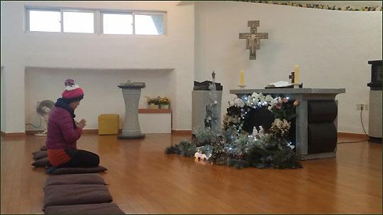 마라도 정상 부근 갈대에 둘러싸여 있는 작은 성당.ⓒ조남대