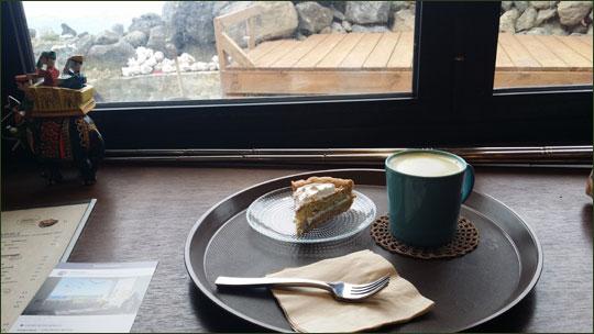 매기의 추억 카페에서 녹차라떼와 케이크 한 조각을 시켰다.ⓒ조남대