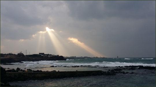 구름 사이로 햇볕이 내리쬐는 한림 해변 모습.ⓒ조남대
