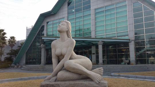 건강과 성박물관 야외에 전시되어 있는 각종 조각상.ⓒ조남대