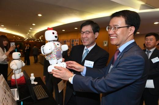 권오준 포스코 회장이 21일 서울 대치동 포스코센터에서 열린 제13회 아이디어 마켓플레이스에서 (주)서큘러스가 개발한 지능형 로봇 파이보를 체험하고 있다. ⓒ포스코