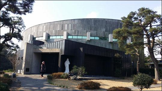 2011년 제주건축문화대상으로 선정된 회색벽돌로 둥글게 지은 표선성당.ⓒ조남대