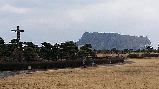 성산포성당에서 바라본 성산일출봉의 아름다운 풍경.ⓒ조남대