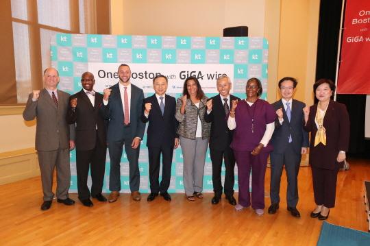 미국 보스턴 시 하이버니안 홀에서 진행된 기가와이어 개통식 모습. 좌측부터 짐 핸리(넷블레이저 CEO), 마이크 린치(Boston Foun dation General Manager), 야사 프랭클린(Boston CIO), 황창규 (KT CEO), Jeanne Pinado(MPDC CEO), 엄성준(보스턴 총영사) 등이 참석해 기념사진을 찍는 모습 ⓒ KT