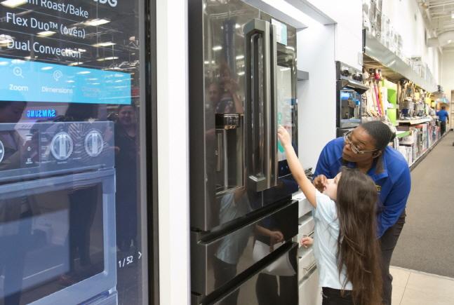 한 어린이 소비자가 지난 7일(현지시간) 미국 라스베이거스에 위치한 베스트바이 매장에서 삼성 패밀리허브 냉장고의 사물인터넷(IoT) 기능을 체험해보고 있다.ⓒ삼성전자