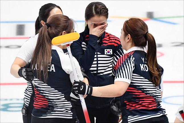 시상대 꼭대기에는 1승이 모자라 오르지 못했지만 국민들 가슴 속에서는 평창올림픽에 출전한 많은 선수들 가운데 여자컬링대표팀이 최고의 자리에 있다. ⓒ 2018평창사진공동취재단