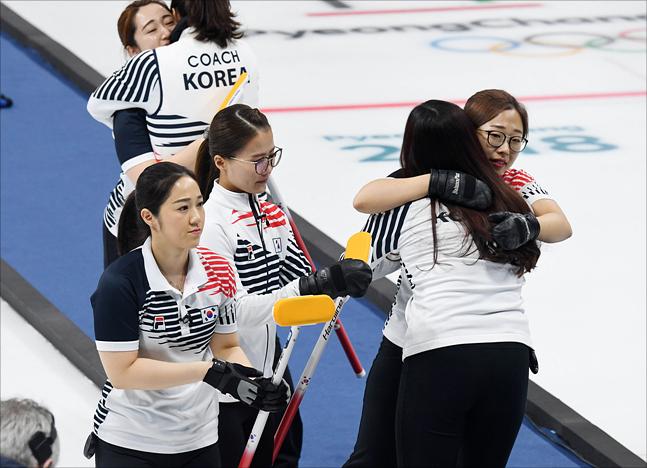 25일 오전 강원도 강릉 컬링센터에서 열린 2018 평창동계올림픽 여자 컬링 결승전 한국 대 스웨덴의 경기에서 은메달을 확정지은 한국 대표팀이 서로 격려하고 있다. ⓒ2018평창사진공동취재단