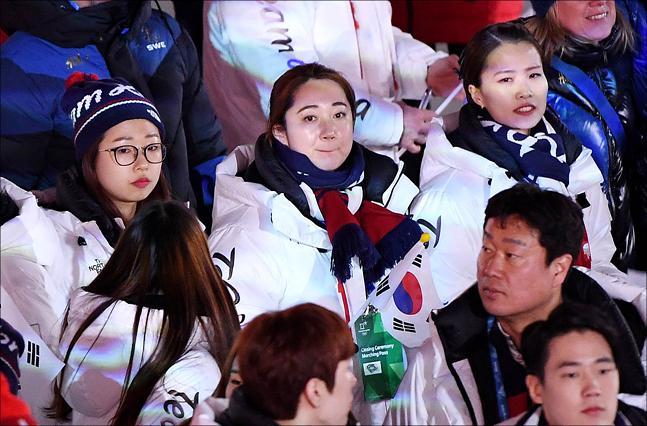 25일 오후 강원도 평창 올림픽스타디움에서 17일간의 여정을 마무리하며 대단원의 막을 내리며 열린 2018 평창동계올림픽의 폐회식에서 한국 여자 컬링 김선영, 김영미, 김은정이 참석하고 있다. ⓒ2018평창사진공동취재단