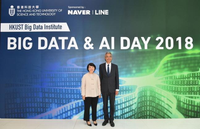 네이버 한성숙 대표(왼쪽)와 홍콩과학기술대학교 웨이샤이 총장이 기념사진을 촬영하고 있다.  ⓒ 네이버