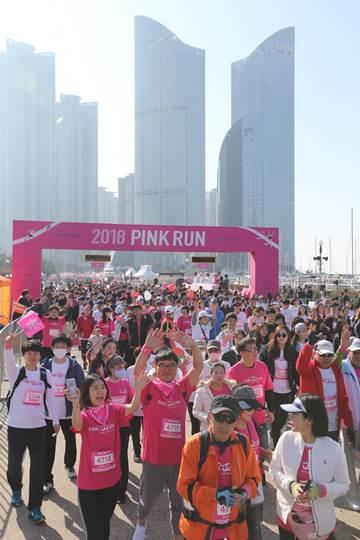 아모레퍼시픽이 주최한 2018 핑크런 부산대회 출발 모습. ⓒ아모레퍼시픽그룹