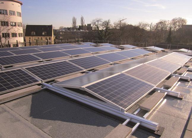 한화케미칼은 3일 태양광 사업 경영 효율성 제고를 위해 종속회사인 한화큐셀과 한화솔라홀딩스의 합병을 검토하고 있다고 공시했다. 사진은 한화큐셀이 독일 프랑크푸르트 도심 건물 위에 설치한 태양광 발전소.ⓒ한화큐셀