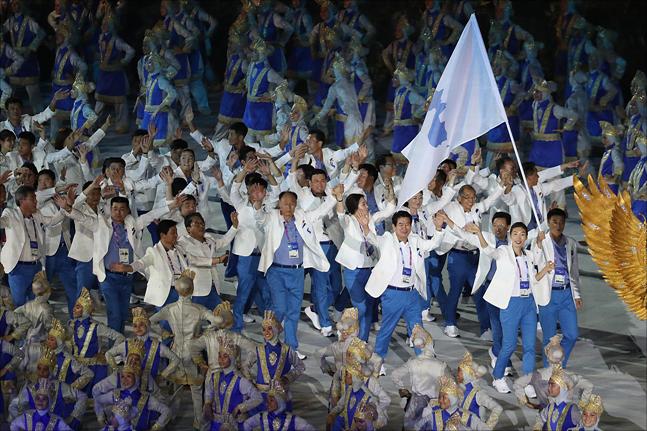 18일 인도네시아 자카르타 겔로라 붕 카르노(GBK) 주경기장에서 열린 2018 자카르타-팔렘방 아시안게임 개회식에서 한반도기를 앞세운 남북 선수들이 공동입장을 하고 있다. ⓒ데일리안 홍금표 기자