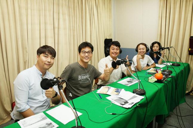 SK텔링크 구성원들이 지난 17일 서울 양천구에 위치한 한 스튜디오에서 목소리 기부를 위한 녹음을 하고 있다.ⓒ SK텔링크