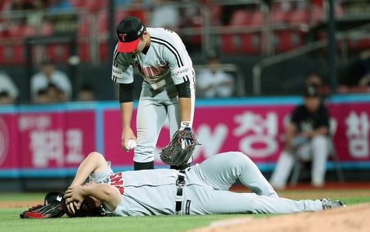 4일 수원 kt전에서 5회말 수비 도중 발목 부상을 당한 LG 1루수 김현수 ⓒ LG 트윈스