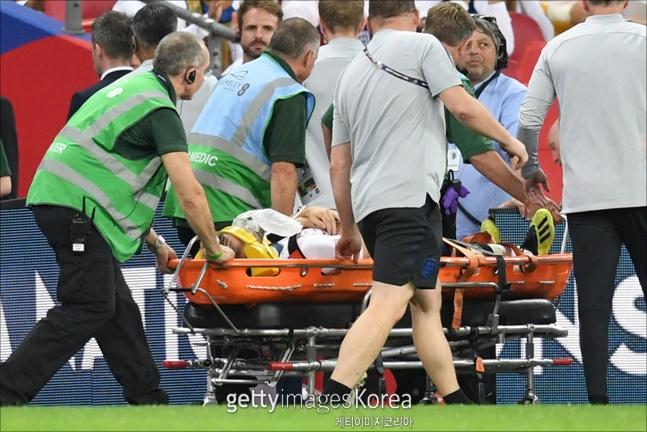 루크 쇼가 부상으로 들것에 실려나갔다. ⓒ 게티이미지