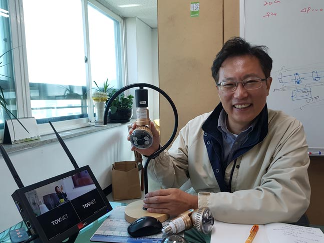 김찬영 토브넷 대표가 자체 개발한 LED전구형CCTV를 소개하고 있다. ⓒ데일리안 이강미 기자