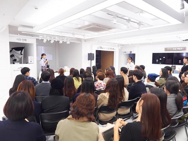 LG V40 씽큐 스퀘어에서 박현선 작가가 음식 사진 클래스를 진행하고 있다. ⓒ LG전자