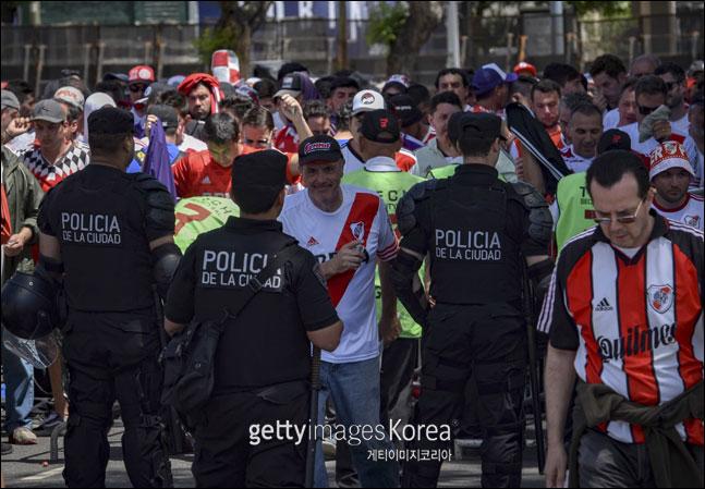 훌리건들의 선수단 버스 습격 사태 등으로 연기된 남미축구 클럽대항전인 코파 리베르타도레스 결승 2차전이 결국 중립지역인 레알 마드리드의 홈구장인 산티아고 베르나베우에서 열리게 됐다.(자료사진) ⓒ 게티이미지
