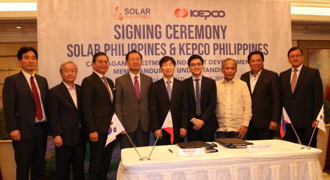 김종갑 한국전력 사장(왼쪽에서 네 번째)이 10일 필리핀 마닐라에서 열린 '칼라타간(Calatagan) 태양광 발전소 지분 인수 서명식'에서 레안드로 레비스테 솔라필리핀 사장(왼쪽에서 여섯 번째), 알폰소 쿠시 필리핀 에너지부장관(왼쪽에서 일곱 번째) 등과 기념촬영을 하고 있다.ⓒ한국전력