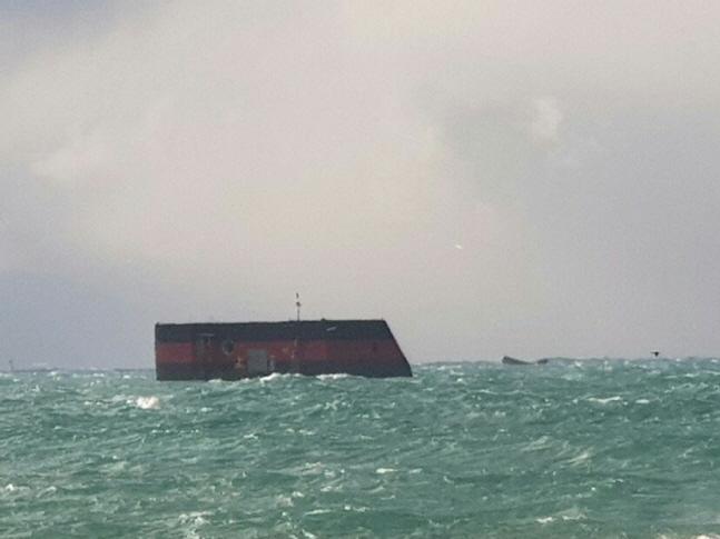 28일 오후 제주시 용수포구 북서쪽 2.6㎞ 해상에 있는 부유식 무인 파력발전기인 해양플랜트가 원인을 알 수 없는 이유로 침수하고 있다.ⓒ연합뉴스