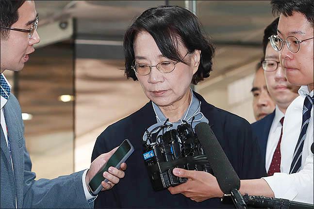 필리핀 가사도우미를 불법 고용 혐의를 받는 이명희 일우재단 이사장이 지난 6월 20일 오전 서울 서초구 서울중앙지방법원에서 열린 영장실질심사에 출석하고 있다.ⓒ데일리안 류영주 기자