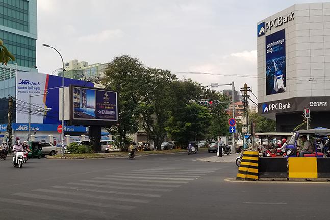 캄보디아의 수도 프놈펜 중심가 교차로에 대한민국 전북은행의 자회사인 프놈펜상업은행(PPCBank·오른쪽)과 베트남계 자본의 MB은행 간판이 마주하고 있다.ⓒ데일리안