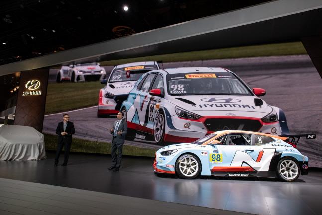 (왼쪽부터) 현대자동차 미국법인(HMA) 마케팅 총괄 딘 에반스(Dean Evans) 부사장(CMO), 브라이언 헤르타(Bryan Herta) 브라이언 헤르타 오토스포츠팀 총괄이 벨로스터 N TCR에 대해 소개하는 모습ⓒ현대차