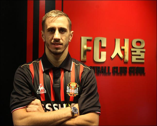 세르비아의 명문 FK츠르베나 즈베즈다(레드스타) 출신의 특급 공격수 페시치가 FC서울에 합류한다. ⓒ FC서울