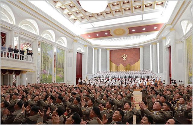 북한군 간부들이 지난 8일 노동당 중앙위원회 본부 별관에서 건군절 축하행사에 참석하고 있다. ⓒ조선중앙통신