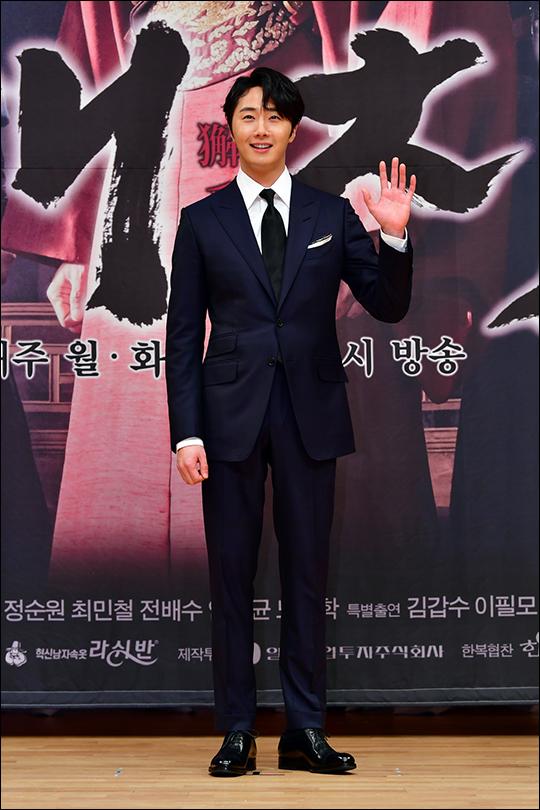 배우 정일우가 11일 서울 양천구 목동 SBS 사옥에서 열린 월화드라마 '해치' 제작발표회에서 포토타임을 갖고 있다. ⓒ SBS