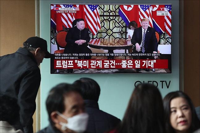 지난달 28일 오전 서울역에서 시민들이 베트남 하노이에서 열리고 있는 제2차 북미정상회담 관련 중계를 지켜보고 있다. ⓒ데일리안 홍금표 기자