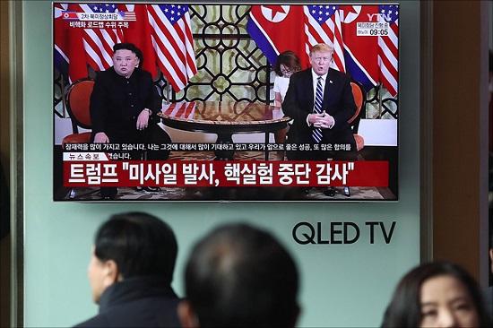지난 2월 28일 오전 서울역에서 시민들이 베트남 하노이에서 열리고 있는 제2차 북미정상회담 관련 중계를 지켜보고 있다. ⓒ데일리안 홍금표 기자