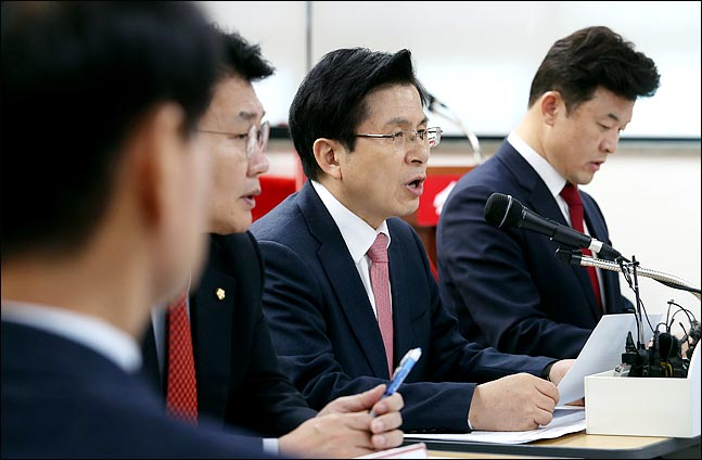 자유한국당 경남도당위원장을 맡고 있는 윤영석 의원이 13일 오후 서울 영등포 당사에서 열린 재보선대책회의에서 황교안 대표가 모두발언을 하고 있는 도중, 바로 옆자리에서 관련 자료를 검토하고 있다. ⓒ데일리안 박항구 기자
