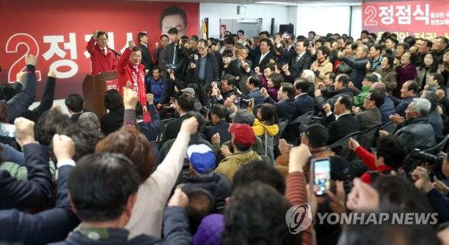 15일 오후 경남 통영 북신동 정점식 후보 선거사무소에서 열린 개소식에서 황교안 자유한국당 대표와 정점식 후보가 함께 손을 치켜들어 모여든 청중들에게 인사하자, 청중들도 함께 손을 치켜들며 환호하고 있다. ⓒ연합뉴스