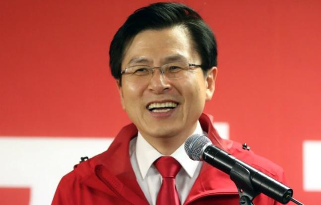 황교안 자유한국당 대표가 15일 오후 경남 통영 북신동의 정점식 후보 선거사무소 개소식에 참석한 자리에서, 축사를 하기에 앞서 진정으로 밝은 표정으로 웃고 있다. ⓒ연합뉴스