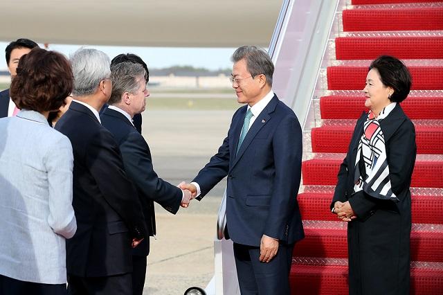 문재인 대통령과 부인 김정숙 여사가 10일(현지시각) 미국 워싱턴 앤드류스 공군기지에 도착해 인사하고 있다.ⓒ청와대