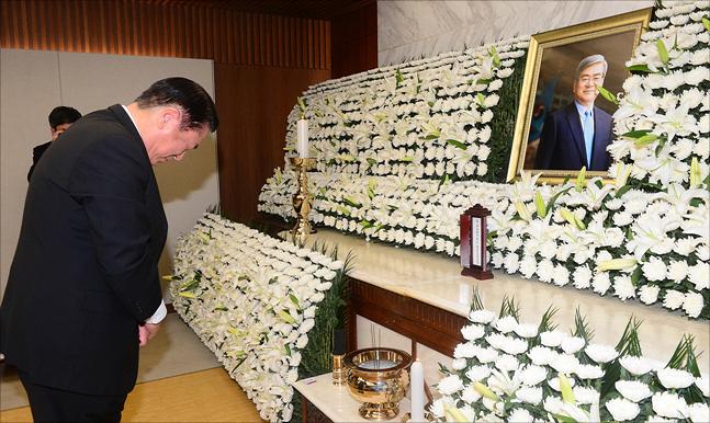 한진그룹 한 직원이 12일 오전 서울 서대문구 신촌세브란스병원 장례식장에 마련된 고 조양호 한진그룹 회장의 빈소에서 분향을 하고 있다. ⓒ데일리안